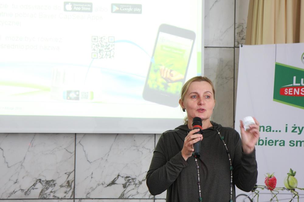 Dorota Muszyńska prezentuje zakrętkę ze specjalnym hologramem umożliwiającym określenie pochodzenia produktu