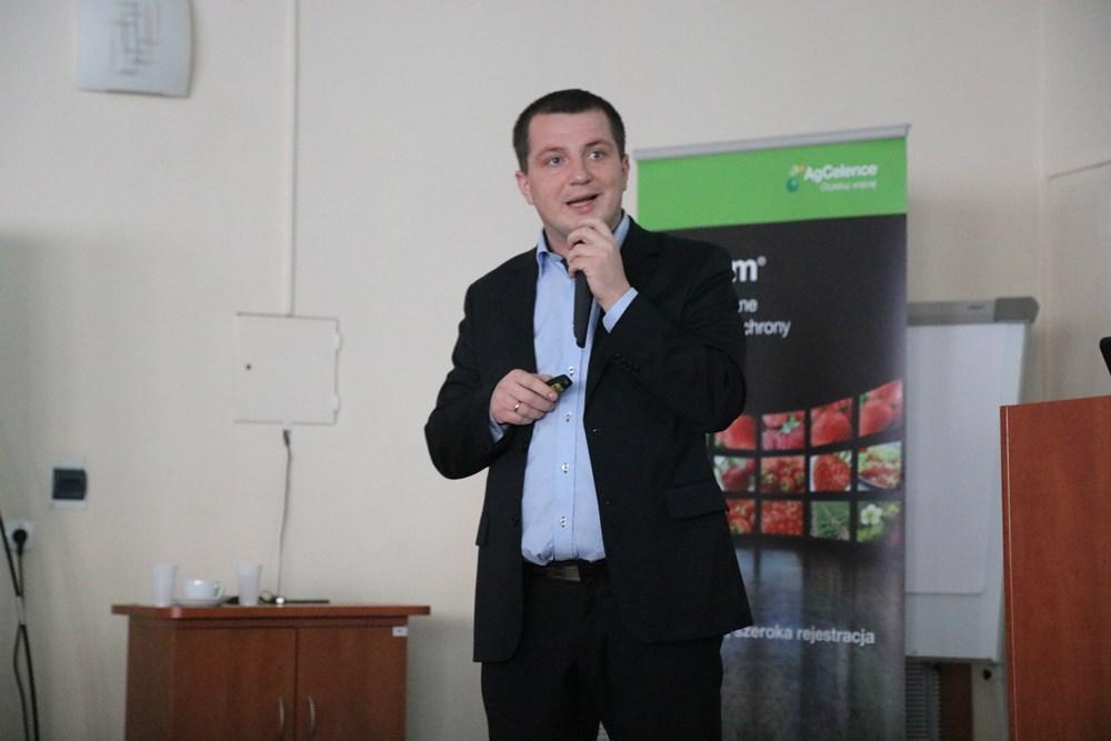 Albert Zwierzyński z firmy Osadkowski omawia czynniki warunkujące plonowanie truskawki