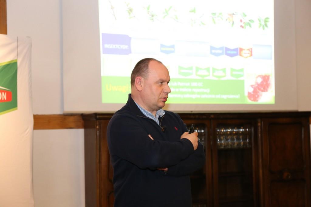 Dr Mirosław Korzeniowski z firmy Bayer mówił o projekcie Vademecum i jego roli w przygotowywaniu zaleceń dotyczących m.in. ochrony roślin jagodowych