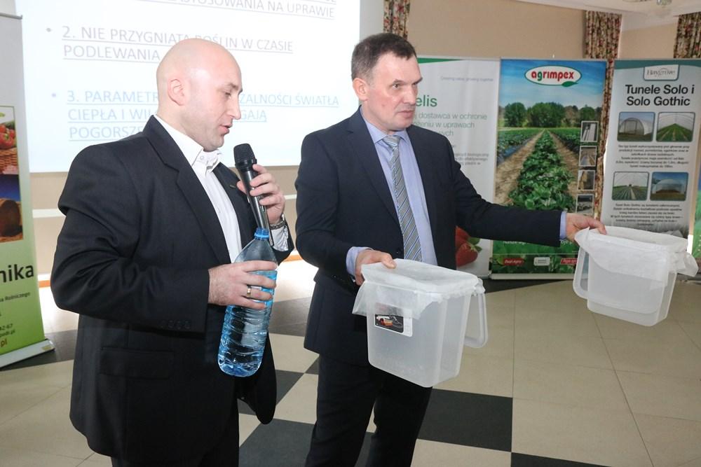 Doświadczenie na przepuszczalność wody różnych gatunków agrowłókniny w Chmielnie