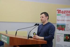 Tomasz Pniak dokonuje przeglądu odmian truskawek