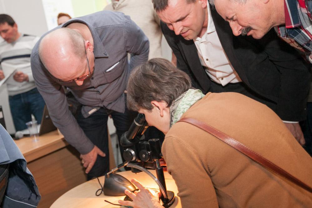 Uczestnicy spotkani mogli przyjrzeć się pod mikroskopem jak wygląda D. suzukii