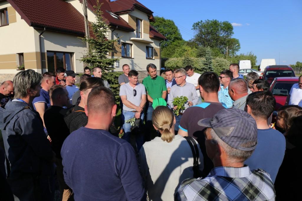 Dr hab Zbigniew Jarosz i dr Paweł Krawiec (w środku) informują o tym jak postępować na plantacjach malin w najbliższych dniach